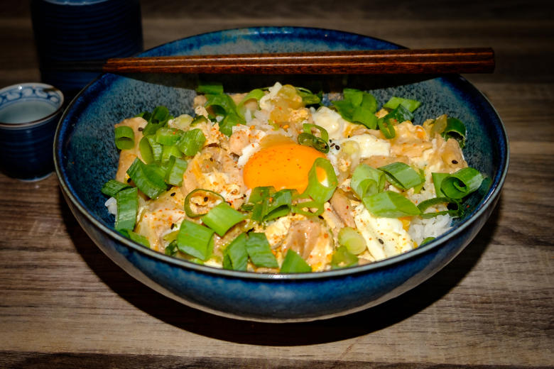 Oyakodon, Japanese rice dish with chicken and eggs - Yolo Solo